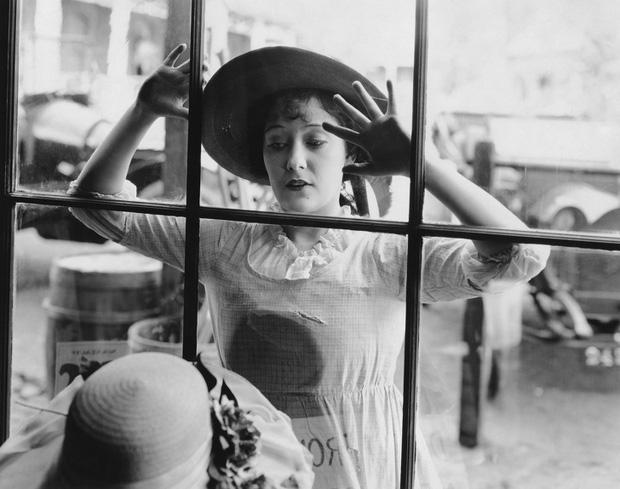 10 điều bất công mà 100 năm trước phụ nữ từng phải chịu: Bị cấm tự đi mua sắm, đến hộ chiếu cũng không được đề tên sau khi kết hôn - Ảnh 1.
