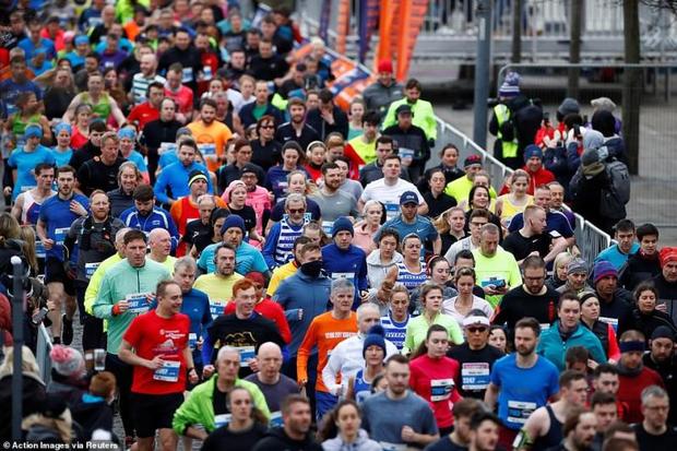 Mặc COVID-19, hàng ngàn CĐV Anh vẫn tung tăng đi xem bóng đá, thi chạy marathon khiến báo đài nước này hốt hoảng: Các người đang nghĩ cái quái gì vậy? - Ảnh 5.