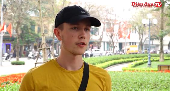 Khách nước ngoài lý giải việc không đeo khẩu trang tại VN: Tôi không lo lắng về việc nhiễm Covid vì tôi còn trẻ và khỏe - Ảnh 1.