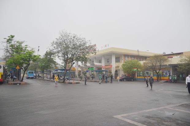 Bến xe ở Hà Nội vắng tanh vì ảnh hưởng của dịch Covid-19, nhà xe ra tận đường chèo kéo khách - Ảnh 1.