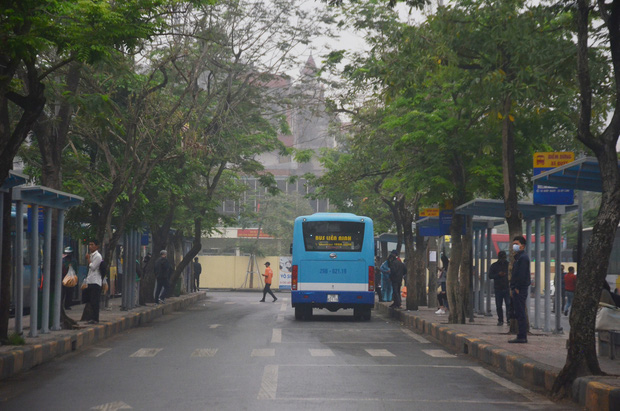 Bến xe ở Hà Nội vắng tanh vì ảnh hưởng của dịch Covid-19, nhà xe ra tận đường chèo kéo khách - Ảnh 2.