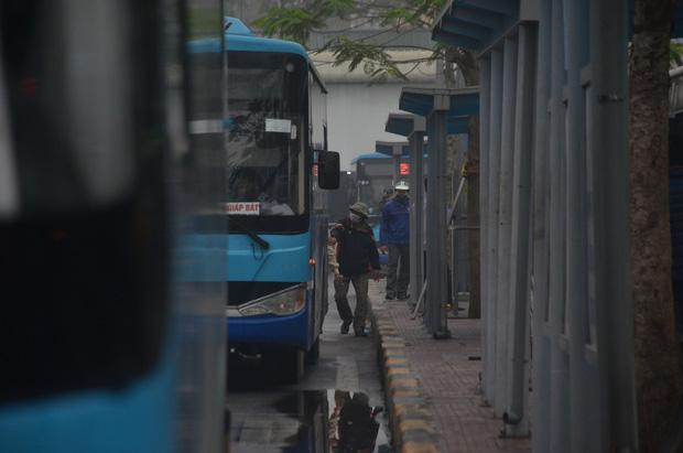 Bến xe ở Hà Nội vắng tanh vì ảnh hưởng của dịch Covid-19, nhà xe ra tận đường chèo kéo khách - Ảnh 3.