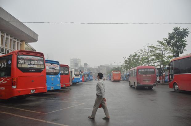 Bến xe ở Hà Nội vắng tanh vì ảnh hưởng của dịch Covid-19, nhà xe ra tận đường chèo kéo khách - Ảnh 8.