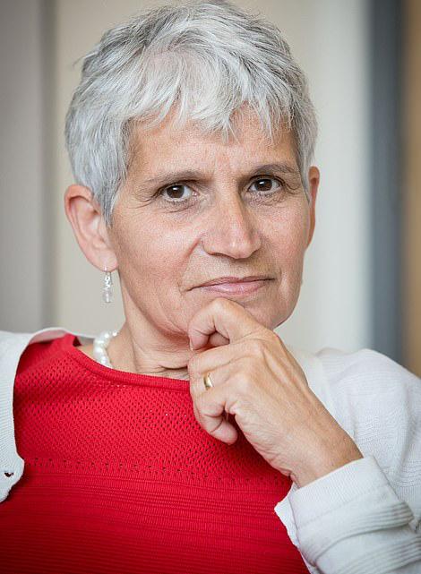 Nữ bác sĩ 60 tuổi kể chuyện may mắn chiến thắng Covid-19 bằng nước chanh, paracetamol và súp gà - Ảnh 1.