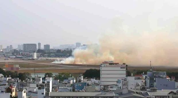 Máy bay Vietnam Airlines nổ lốp khi chạy đà, khói bốc mù mịt tại sân bay Tân Sơn Nhất - Ảnh 1.