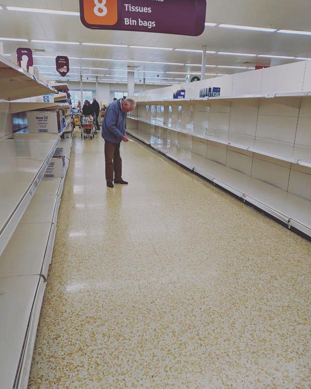 Bức ảnh cụ ông cúi đầu bất lực, cô độc giữa những kệ hàng trống trơn trong siêu thị với lời khẩn cầu: Xin hãy nghĩ đến ông bà của bạn cũng sẽ như vậy - Ảnh 1.