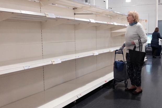 Bức ảnh cụ ông cúi đầu bất lực, cô độc giữa những kệ hàng trống trơn trong siêu thị với lời khẩn cầu: Xin hãy nghĩ đến ông bà của bạn cũng sẽ như vậy - Ảnh 2.