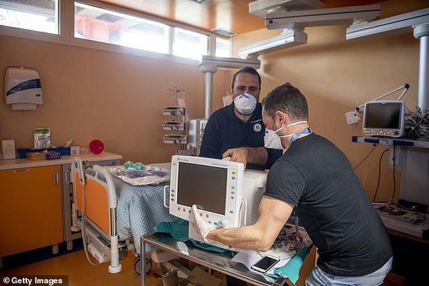 Lời chia sẻ từ bác sĩ Ý: Các bệnh viện bị áp đảo trước đại dịch Covid-19, hàng ngàn nhân viên y tế cũng lây nhiễm - Ảnh 4.