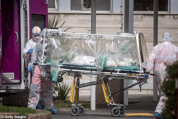 Lời chia sẻ từ bác sĩ Ý: Các bệnh viện bị áp đảo trước đại dịch Covid-19, hàng ngàn nhân viên y tế cũng lây nhiễm - Ảnh 5.