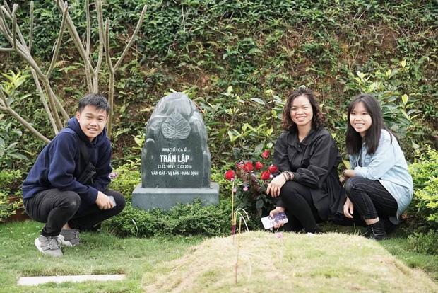 4 năm ngày mất, vợ con và ban nhạc Bức Tường đến viếng mộ cố nhạc sĩ Trần Lập: Người đã ra đi nhưng cái tình còn mãi! - Ảnh 4.