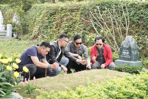 4 năm ngày mất, vợ con và ban nhạc Bức Tường đến viếng mộ cố nhạc sĩ Trần Lập: Người đã ra đi nhưng cái tình còn mãi! - Ảnh 5.