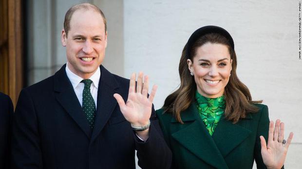 Hoàng tử William nói đùa mình và công nương Kate đang lan truyền virus corona - Ảnh 1.