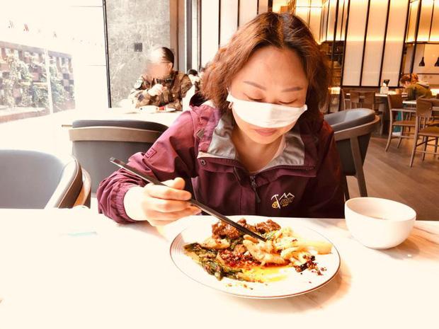 Khẩu trang bảo vệ mũi ngay cả khi ăn uống: Vũ khí thượng thừa của các y bác sĩ Vũ Hán để chiến đấu với dịch virus corona - Ảnh 6.