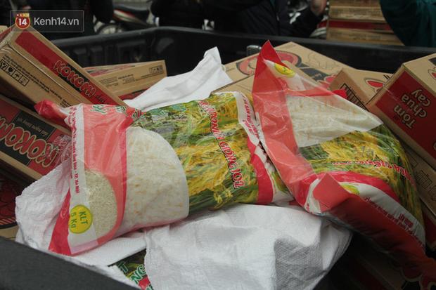 Hàng trăm thùng mỳ gói, nước lọc cùng 3,5 tạ gạo được tăng cường cho người dân cách ly tại Trúc Bạch - Ảnh 6.