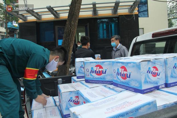 Hàng trăm thùng mỳ gói, nước lọc cùng 3,5 tạ gạo được tăng cường cho người dân cách ly tại Trúc Bạch - Ảnh 8.