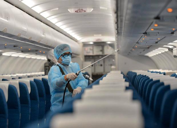 Những số ghế nào trên chuyến bay VN0054 được xem là tiếp xúc gần với bệnh nhân thứ 17? - Ảnh 1.
