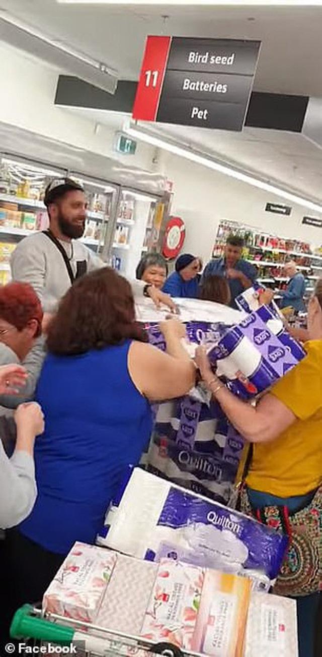 Covid-19: Ba người phụ nữ đánh nhau giành giấy vệ sinh trong siêu thị Úc  - Ảnh 4.