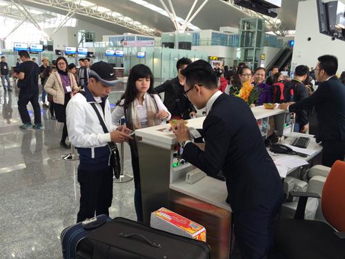 Những hành khách đầu tiên làm thủ tục check in tại nhà ga hành khách T2