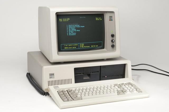 Chiếc máy tính cá nhân của IBM năm 1982.