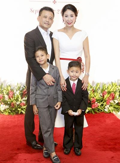 Vợ chồng ông Huỳnh Trung Nam - Cựu hoa hậu Hà Kiều Anh cùng 2 con trai.
