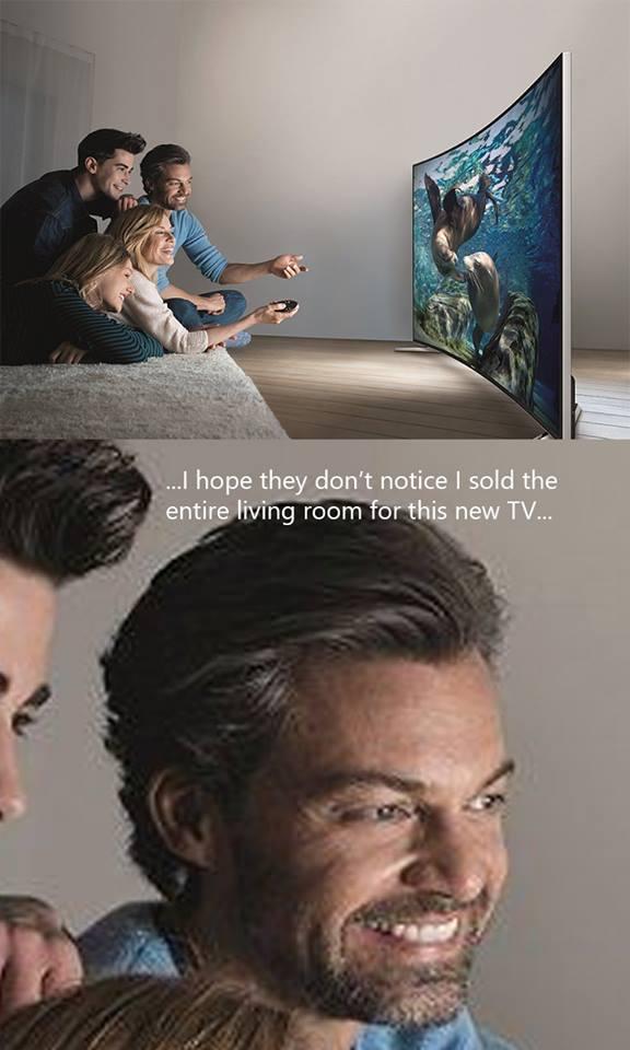 Anh chàng này đã bán hết mọi thứ trong phòng khách để rước chiếc TV này về nhà.