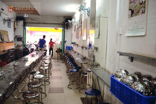 Quán Nụ Cười ở tất cả chi nhánh trong Sài Gòn đều ngăn nắp, sạch sẽ, mở cửa từ sớm để tiếp đón người nghèo từ khắp mọi nơi.