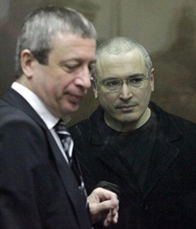 Luật sư Vadim Klyuvgant (trái) và ông Mikhail Khodorkovsky Ảnh: ZNAK