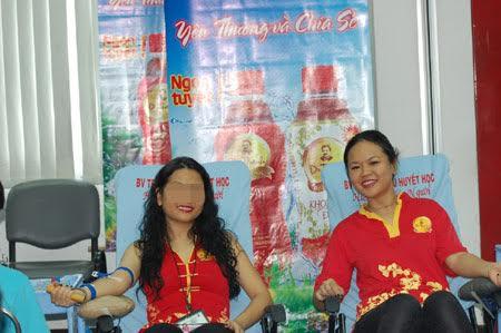 Bà Trần Ngọc Bích (phải) trong một sự kiện của Tân Hiệp Phát