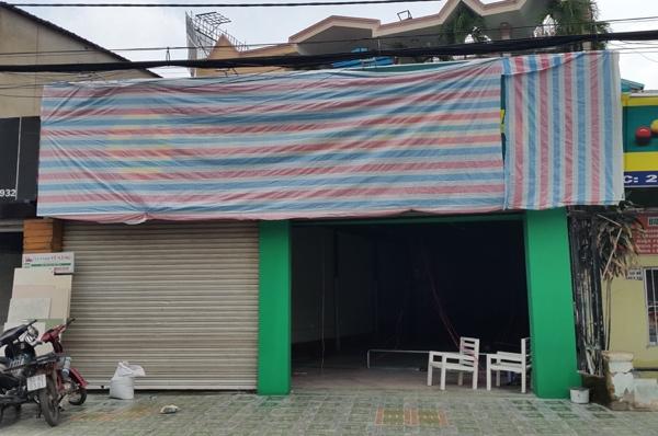 Một cửa hàng bách hóa của Thế Giới Di Động mới chỉ hoàn thành phần thô, có bảng hiệu bị che - Ảnh: H.Đ