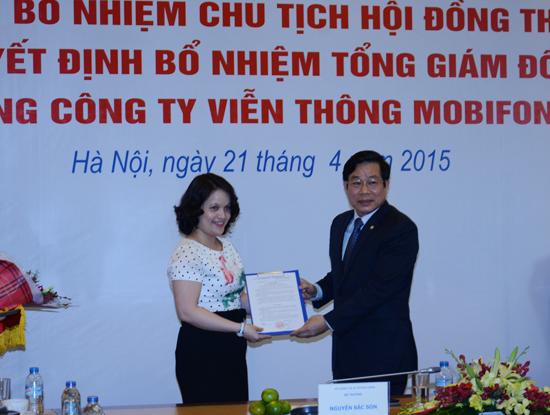 Bà Hoàng Thị Tuyết, chuyên viên Vụ Quản lý Doanh nghiệp (Bộ TT&TT) nhận quyết định giao nhiệm vụ Kiểm soát viên kiêm nhiệm tại MobiFone.