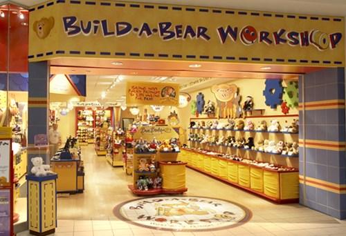 Build-A-Bear Workshop có khoảng 400 cửa hàng (bao gồm cả các cửa hàng nhượng quyền) trên toàn thế giới