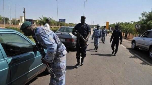 Lực lượng an ninh Mali kiểm soát phương tiện giao thông xung quanh khu vực hiện trường khách sạn Radisson. (Nguồn: Amichai Stein/Twitter)