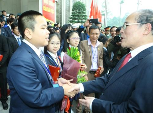 Chủ tịch Nguyễn SInh Hùng cùng các đại biểu trẻ Việt Nam.Ảnh: Như Ý