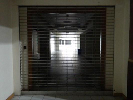 Cảnh u ám bên trong hành lang và lối đi của các tòa nhà. Hầu hết các cửa ra vào chính dẫn lên khu dân cư đều bị khóa kín nhiều năm trời.