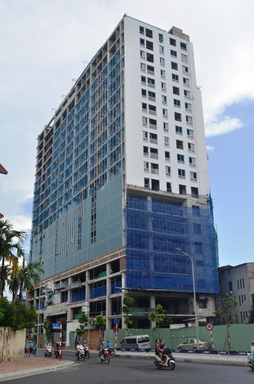 UBND TP Hà Nội yêu cầu chủ đầu tư xây dựng tòa nhà 8B Lê Trực tháo dỡ ngay các tầng xây dựng sai phép - Ảnh: Nguyễn Hưởng