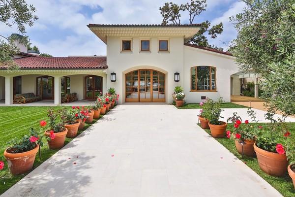 Ngôi nhà của Willis toát lên sự quyến rũ của Tây Ban Nha với cửa ra vào hình vòm, mái ngói và khoảng sân rộng rãi. Ngôi nhà với diện tích khoảng hơn 900m², hai bên lối đi vào nhà được xếp các chậu hoa nhỏ.