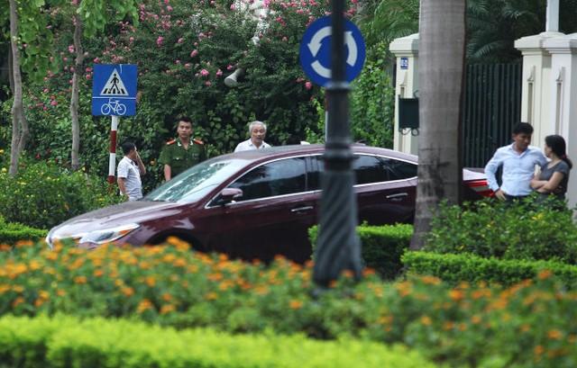 Lực lượng công an vào nhà nguyên Chủ tịch Tập đoàn dầu khí Quốc Gia VN Nguyễn Xuân Sơn chiều tối 21-7 - Ảnh: Nguyễn Khánh