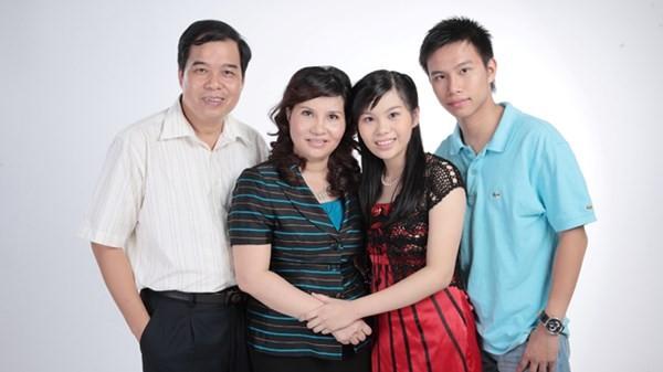 Gia đình hạnh phúc của nữ giám đốc Cty dược phẩm Tâm Bình. Dù bận rộn, nhưng bà Lê Thị Bình vẫn dành thời gian may quần đùi cho chồng con.
