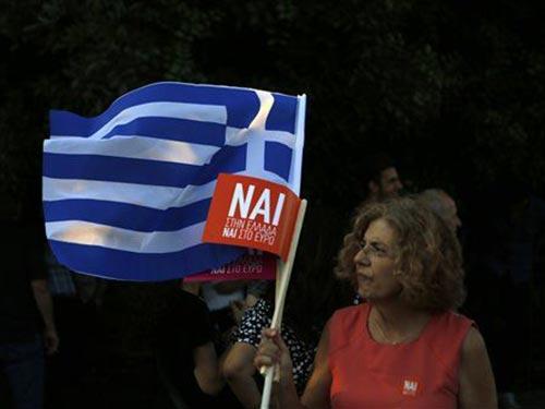 Một người dân Hy Lạp tại cuộc tuần hành kêu gọi ủng hộ các đề xuất của chủ nợ quốc tế ở thủ đô Athens hôm 3-7 Ảnh: AP