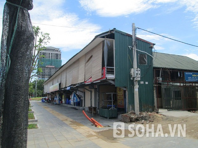 """Dãy nhà hai tầng """"siêu mỏng"""" được xây dựng ngay điểm đầu của tuyến đường là ngã tư giao cắt đường Nguyễn Văn Huyên - Nguyễn Khánh Toàn."""