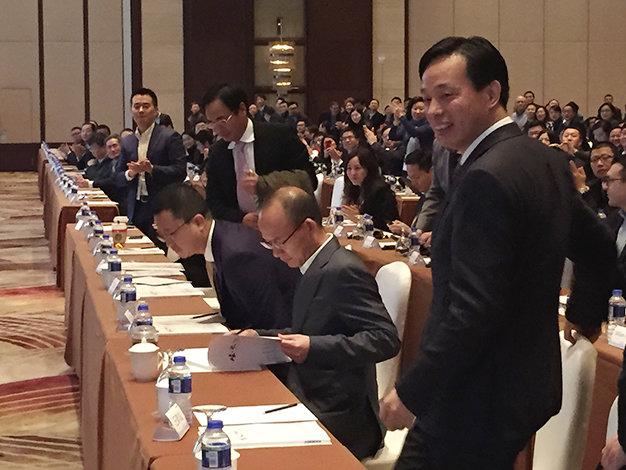 Tỉ phú Quách Quảng Xương (thứ hai từ phải sang) trong buổi hội nghị cổ đông thường niên ở Thượng Hải sáng 14-12 - Ảnh: Reuters