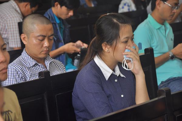 Vợ anh Minh liên tục khóc trong phiên xử chồng mình