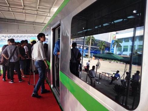 thân tàu điện Cát Linh - Hà Đông với màu sơn xanh.