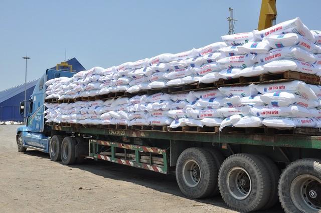 Sản phẩm Đạm Phú Mỹ được đưa ra khỏi nhà máy bằng hai đường: Cảng Thị Vải và Đường bộ. Trong hình xe tải vận chuyển Ure ra khỏi nhà máy.