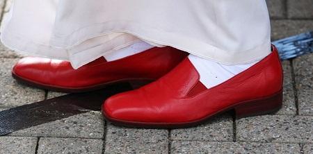 Giày lười màu đỏ son của Giáo hoàng Benedict XVI (tại vị: 2005-2013)