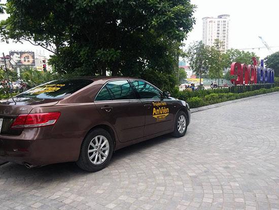 Xe mang biển hiệu của AVG đỗ tại trụ sở của MobiFone từ mấy tháng trước.