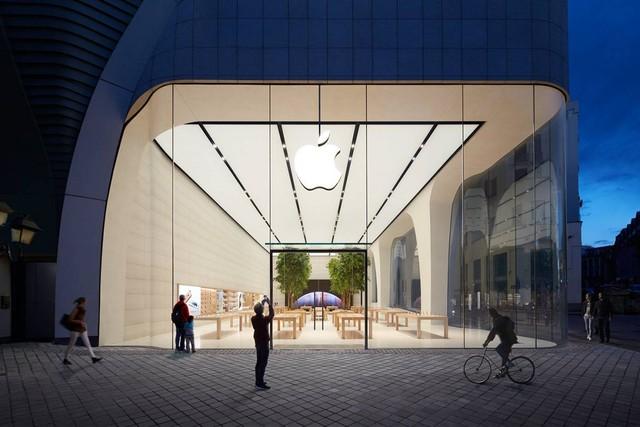 Bức vách của cửa hàng được dựng lên từ các tấm kính lớn cao tới 8 mét.