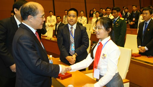 Chủ tịch Nguyễn Sinh Hùng và các đại biểu trẻ.Ảnh: Như Ý