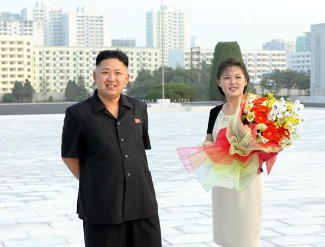 Theo cựu tuyển thủ bóng rổ Mỹ Rodman, cô Ri đã sinh cho ông Kim một cô con gái.