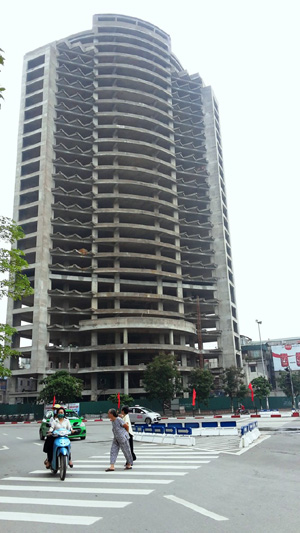 Tòa tháp xây xong phần thô rồi bất động nhìn từ hướng đường Thái Hà.